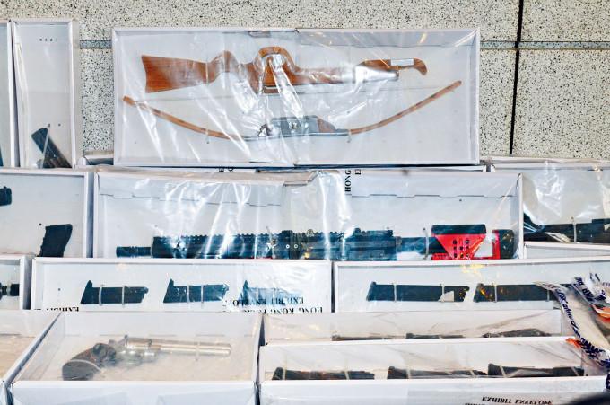 警方展示在王百羽家中搜出的仿製槍械及弩等武器。