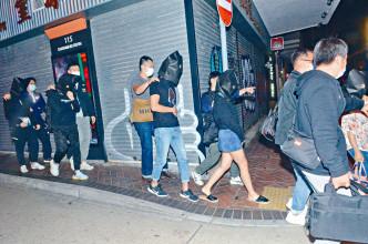 警方在尖沙嘴「樓上吧」帶走一批違例男女。