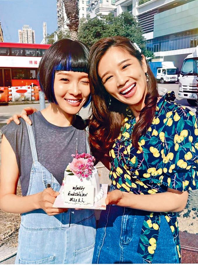 麥美恩送上蛋糕祝福壽星女。