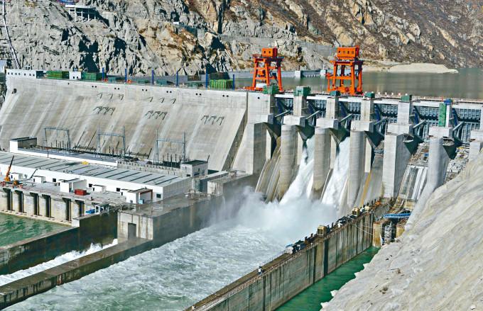 雅魯藏布江上的藏木水電站。