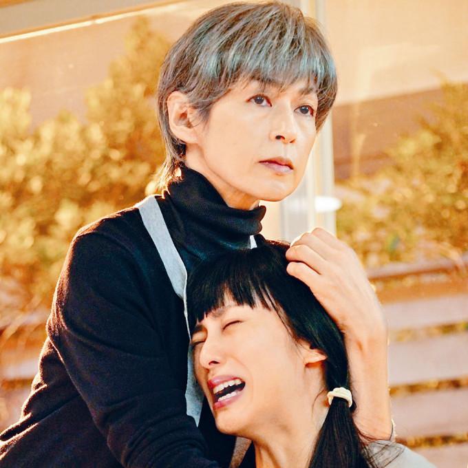 於新劇《35歲的女少》中,鈴木以白髮老妝演出。