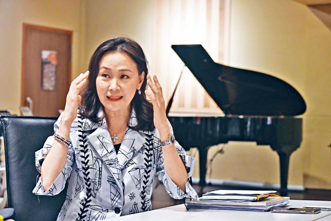 執業律師陳婉華認為,學習鋼琴能提升智慧,更能傳播歡樂。