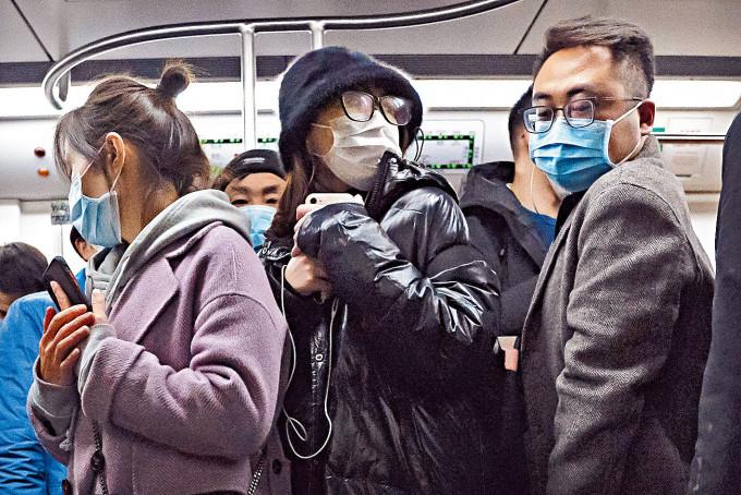北京地鐵裏,民眾都戴上口罩。