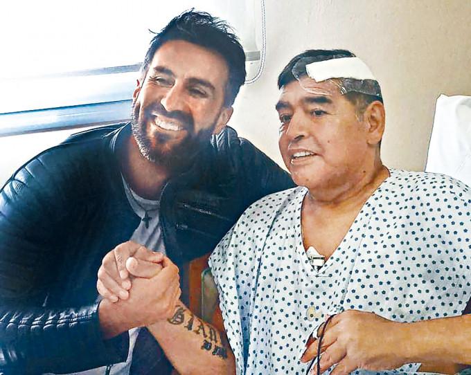 馬勒當拿本月十一日與醫生合照時還笑容滿面。