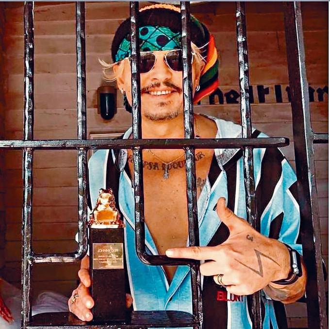 尊尼特普被飛出《怪獸》系列後獲波蘭電影節獎項,開心拿着獎座拍照。