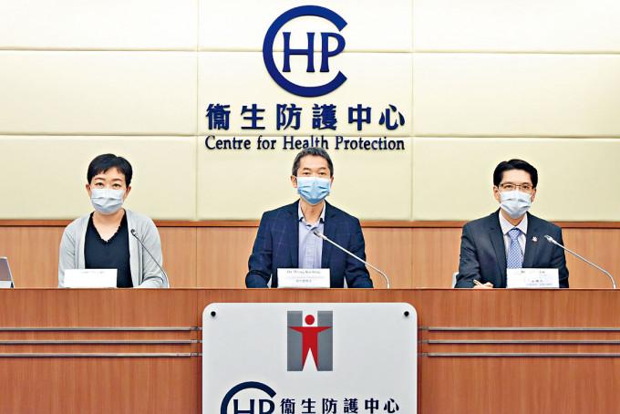 黃加慶(中)憂疫情大反彈,籲市民減少不必要活動。