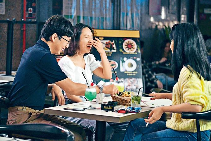 本報記者昨見不少酒吧客,在沒戴口罩下聊天及吸煙。