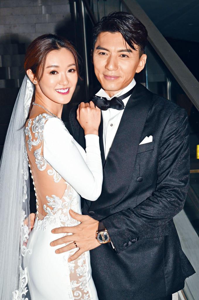 張寶兒穿着自己設計的婚出嫁。