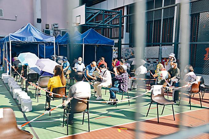 梁顯利油麻地社區中心昨繼續為市民提供病毒檢測服務。