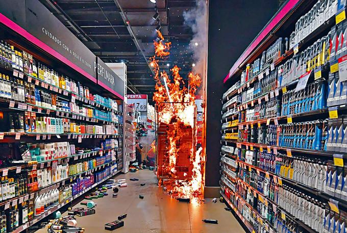 聖保羅市一間家樂福超市上周五被人縱火。