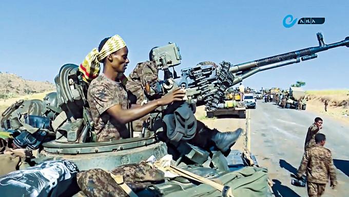 埃塞俄比亞的裝甲運兵車在街上開行。
