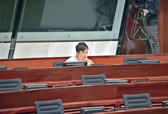 民主派總辭,非建制派議員鄭松泰亦提早離開議事廳。