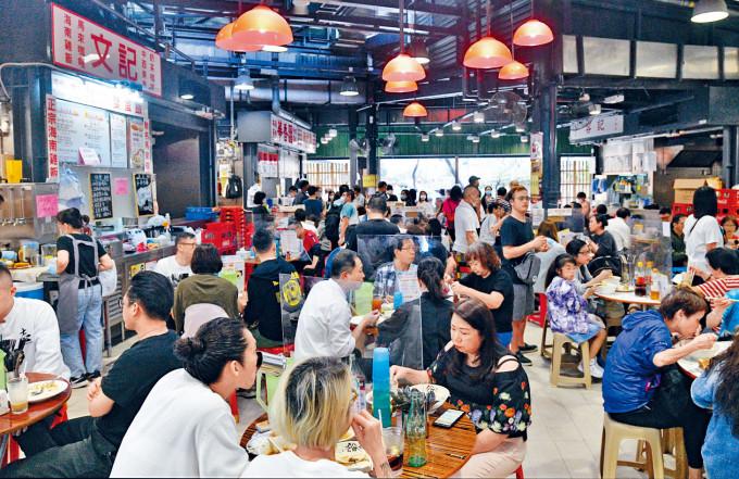 中午食肆逼爆,多人進食後未見即時戴回口罩。