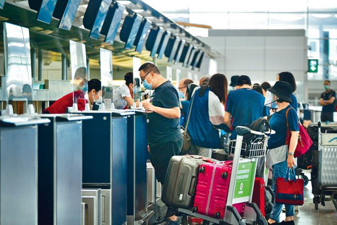 國泰及新加坡航空均表明會向旅客退款。