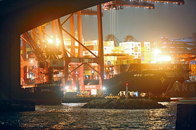 潛水員在葵涌貨櫃碼頭遇溺,救援人員到場施救。
