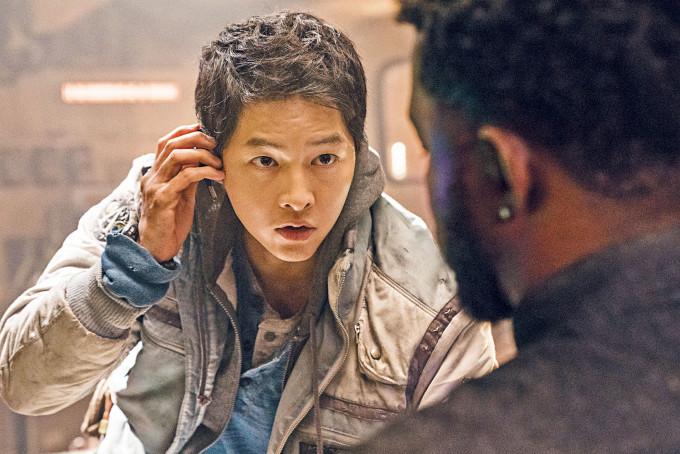宋仲基主演的《勝利號》宣布放棄戲院上映,改在串流平台播放。