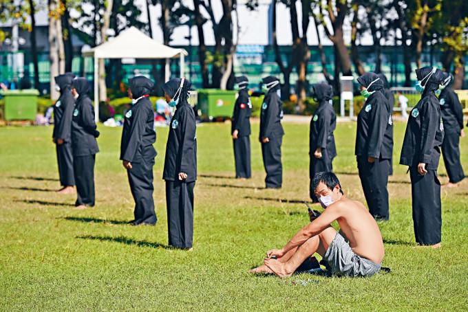 本港近日疫情反彈,一群外傭仍在公園進行集體活動,疑無視限聚令及政府呼籲。