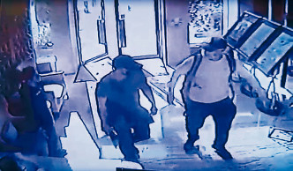 「天眼」拍下三名疑匪進入大廈。