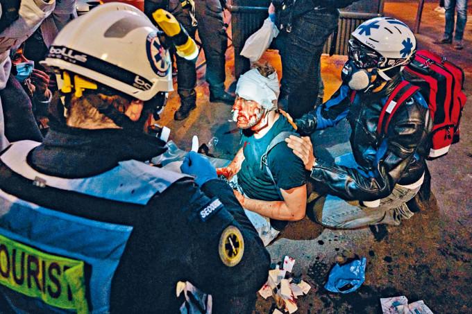 醫護人員協助受傷的敍利亞攝影記者阿爾哈比。