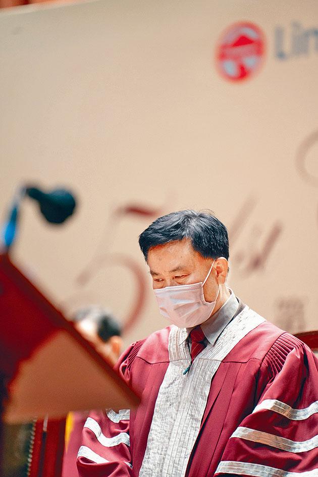 鄭國漢在嶺大畢業禮指,過去兩年目睹「對文明社會準則的背離」,勸勉畢業生要「認清謊言與真相」。
