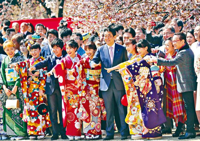 安倍晉三去年四月在東京出席賞櫻會。