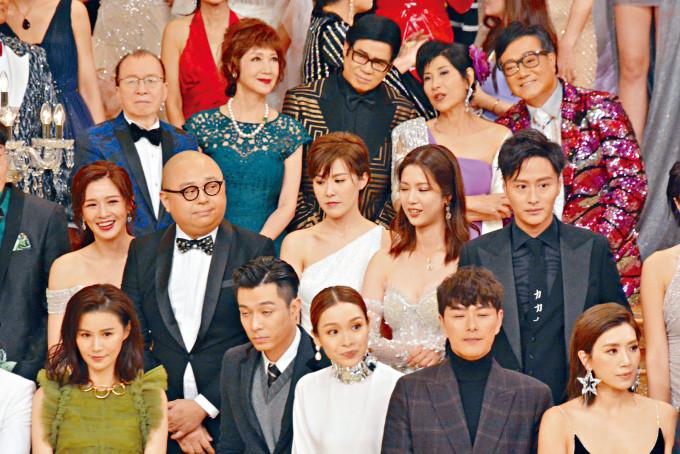 台慶晚企在蕭正楠附近的黃智雯、李佳芯、周柏豪及謝東閔等。
