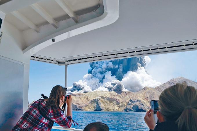 遊客去年底在船上目擊紐西蘭白島火山爆發。