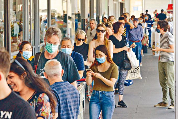 南澳省早前宣布封城六天,市民趕往超市排隊購物。