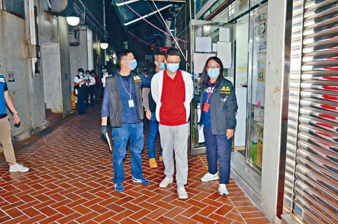 區議員盧俊宇(中)被押返議員辦事處蒐證。