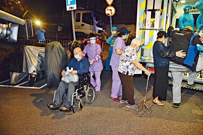 社署首推院舍撤離指引應對新一波疫情,助院友執拾「走路袋」撤離。