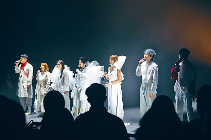 馮穎琪(左四)邀得盧巧音、布志綸等歌手上台合唱。