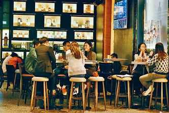 酒吧今日起須停業七日,不少市民趁最後一晚與朋友暢飲。