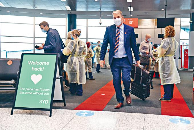 新南威爾士省與維多利亞省取消邊境限制後,首批來自墨爾本的乘客周一飛抵雪梨機場。