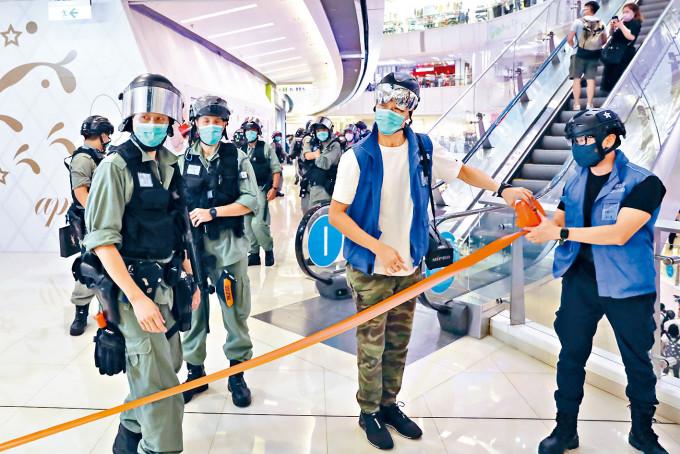防暴警察和速龍小隊執勤時無展示警員編號,被高院裁定警方違反《人權法》。
