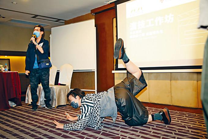 達明和蝦頭出席「演技工作坊」,蝦頭更「瞓身」示範。