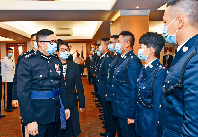 警務處處長鄧炳強(左一)昨出席香港警察學院的結業禮後,恭賀結業的見習督察。