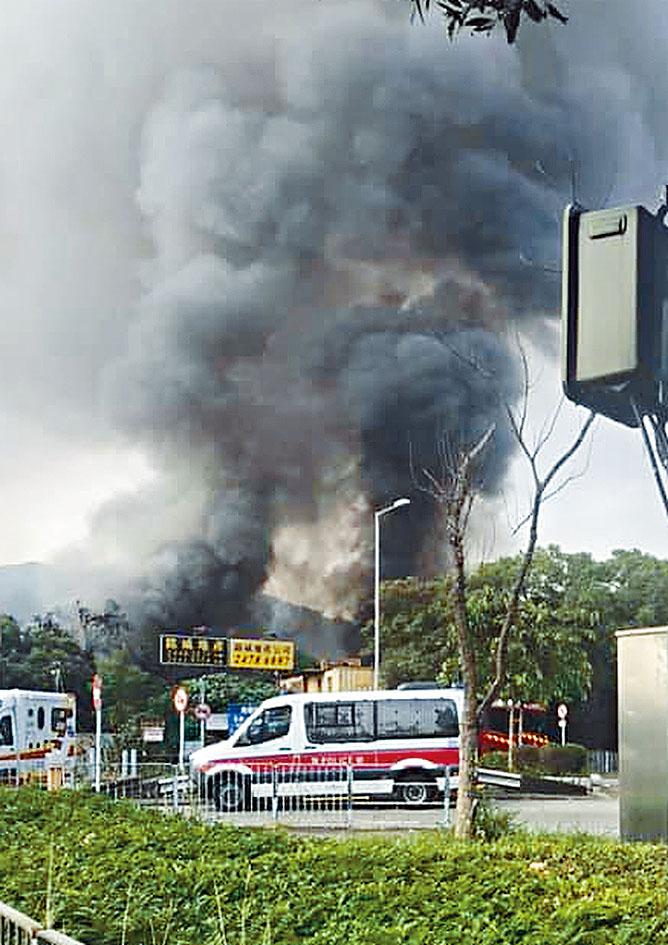 元朗山下村鐵皮屋起火,濃煙沖天。