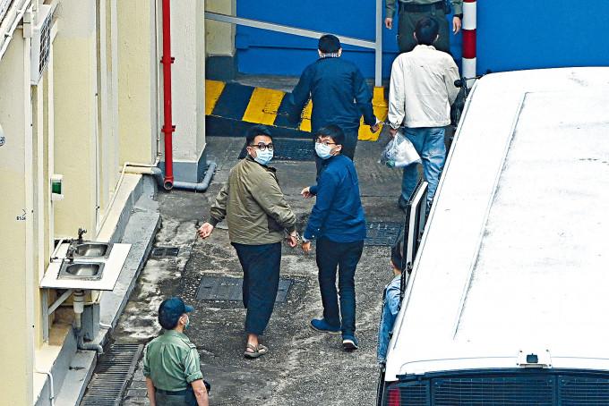 前眾志成員黃之鋒和林朗彥,齊鎖上手銬還押至荔枝角收押所。