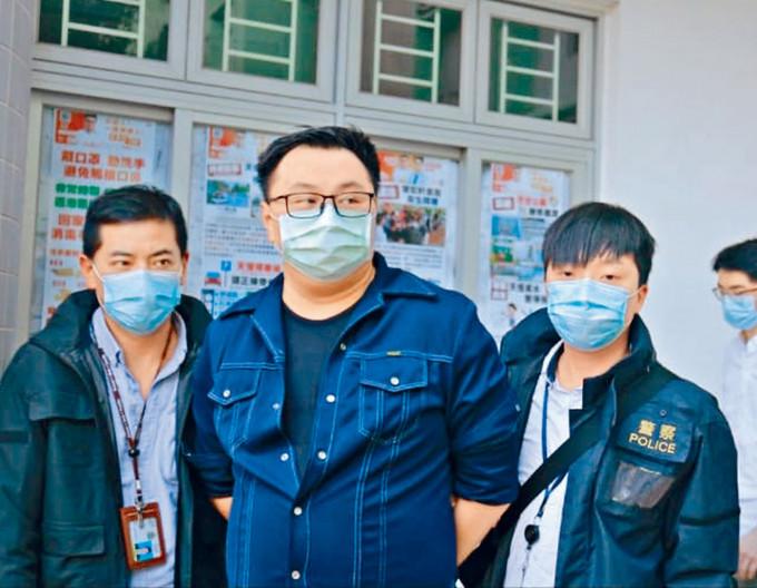 元朗區議員王百羽(右)被探員押返天水圍天恒邨議員辦事處搜查。