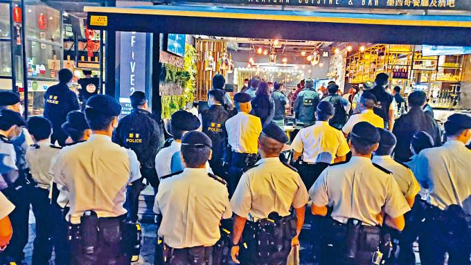 大批藍帽子警員搜查天文臺道一帶酒吧。