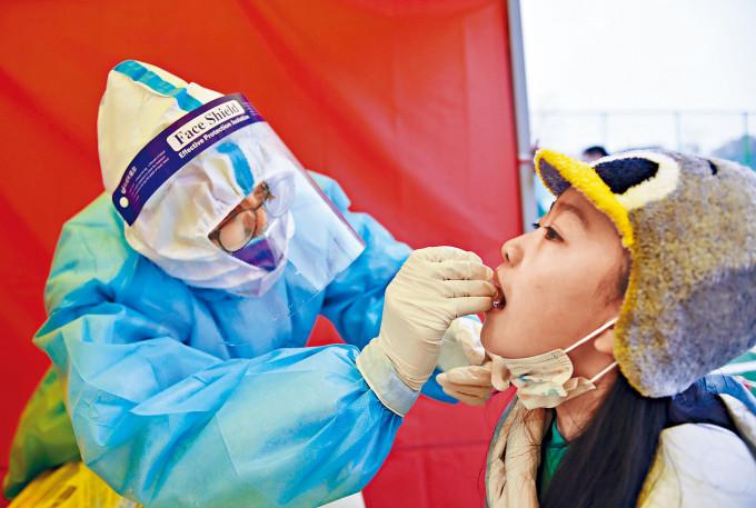 天津再現本土病例,濱海新區全員接受檢測。