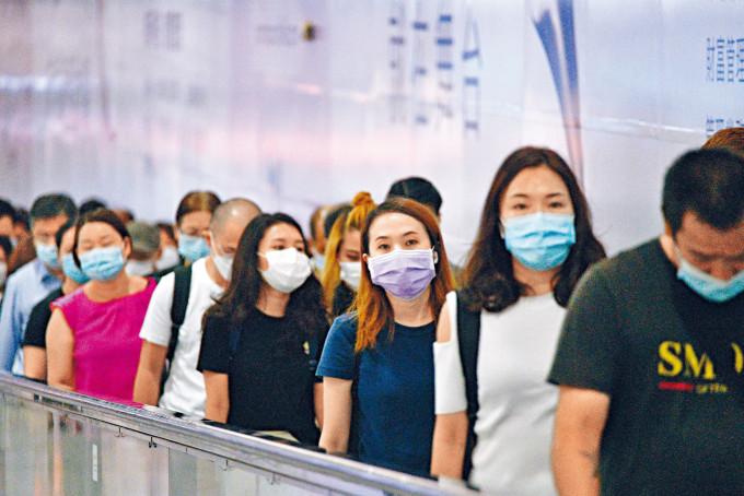 本港疫情進入第四波,衞生防護中心呼籲市民周末減少外出及活動,避免情況失控。