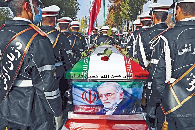 伊朗周一在首都德黑蘭為法赫里扎德舉殯,其棺木上蓋有伊朗國旗。