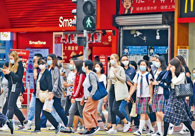 第四波疫情燒得旺盛,專家要求政府立即宣布全港停課。圖為銅鑼灣街頭情況,可見有身穿校服學生。