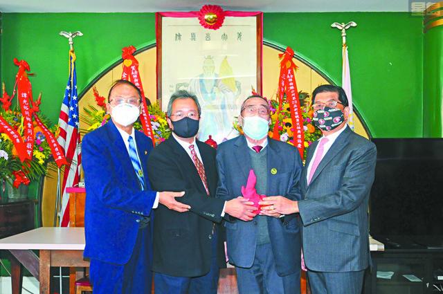 新任總長許錦熾(右1)、監察長謝繼安(左1)見證樓業部滿任主任譚樹本(右2)與新任主任譚卓權(左2)順利交接。馬紅兵攝