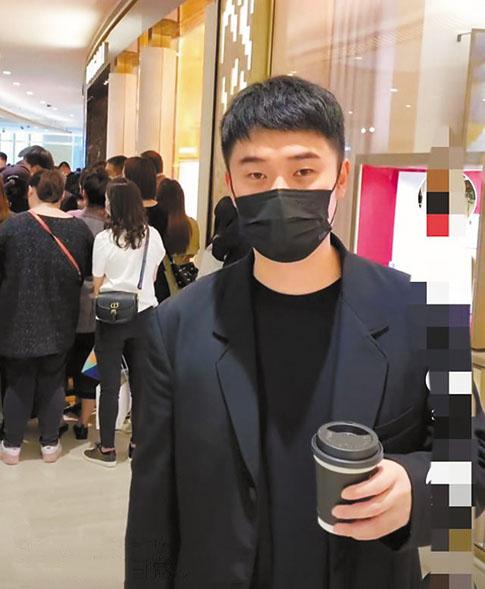 陳赫現身商場,背後有許多人,卻無人認出他。 網上圖片