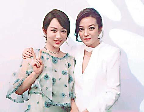 趙薇與楊紫在活動上合影。 網上圖片