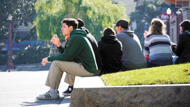 三藩市疫情繼續呈上升趨勢,圖為周二在華埠花園角廣場休息的遊客。記者黃偉江攝