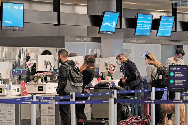 雖然疫情緊張,當局呼籲避免出遊聚會,但依舊有不少人選擇感恩節出行。圖為三藩市國際機場。美聯社