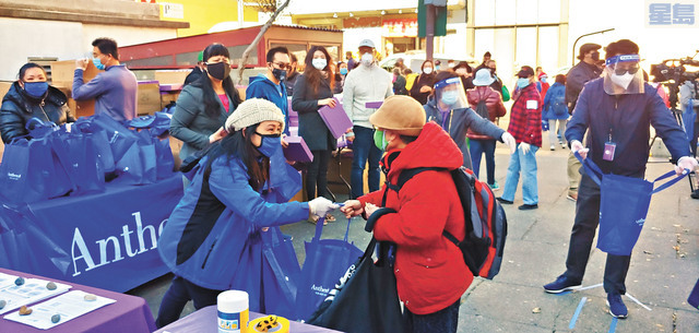 魏彩雲與安森藍十字健保公司成員向長者派發禮物包。記者李兆庭攝